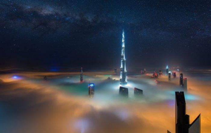 Dubai gökdelenlerinin sislerin arasındaki büyüleyici güzelliği-1