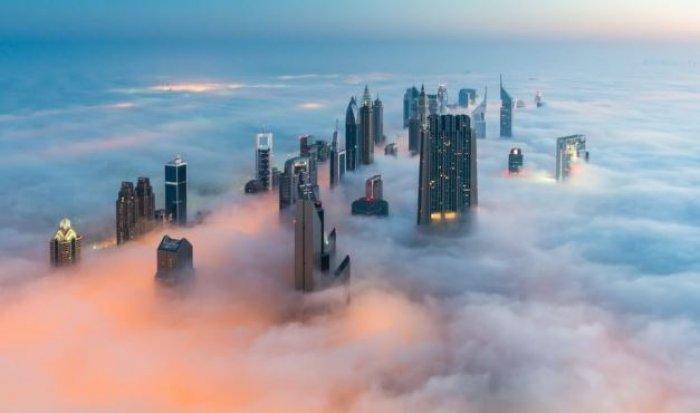 Dubai gökdelenlerinin sislerin arasındaki büyüleyici güzelliği-2