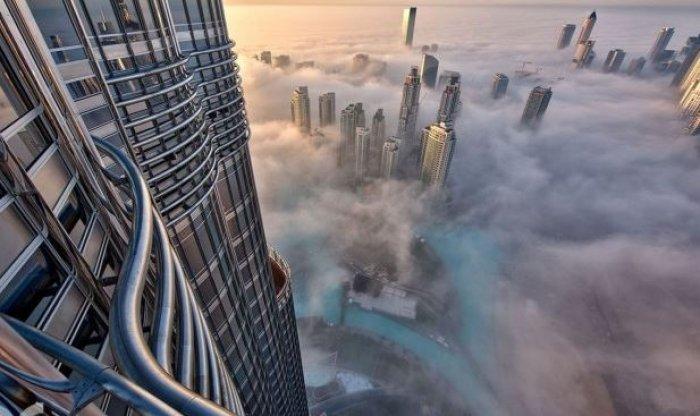 Dubai gökdelenlerinin sislerin arasındaki büyüleyici güzelliği-3