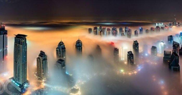 Dubai gökdelenlerinin sislerin arasındaki büyüleyici güzelliği-4