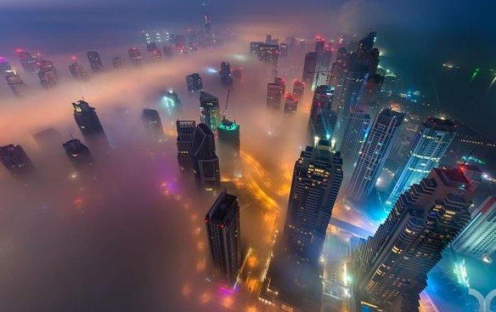 Dubai gökdelenlerinin sislerin arasındaki büyüleyici güzelliği-5