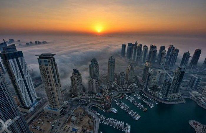 Dubai gökdelenlerinin sislerin arasındaki büyüleyici güzelliği-7