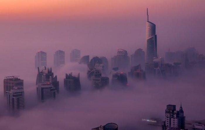 Dubai gökdelenlerinin sislerin arasındaki büyüleyici güzelliği-9