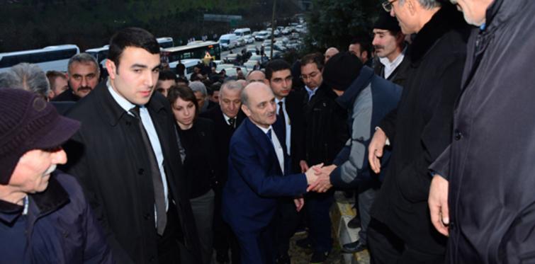 Bakan Bayraktar, protestocularla görüştü