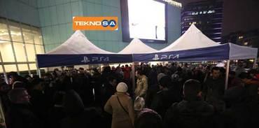 Yüzlerce kişi, Teknosa mağazasının önünde bekledi