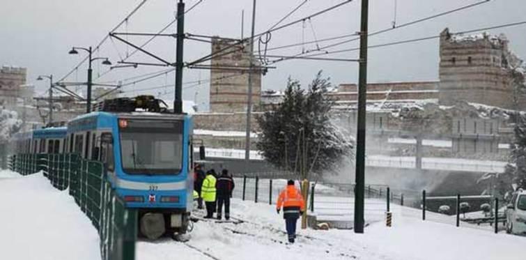 Kar, tramvayı yoldan çıkardı