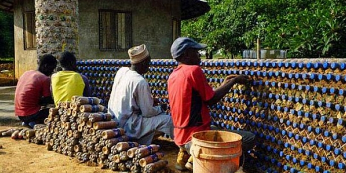 Nijeryalılar plastik şişelerle ekolojik evler inşa ediyor
