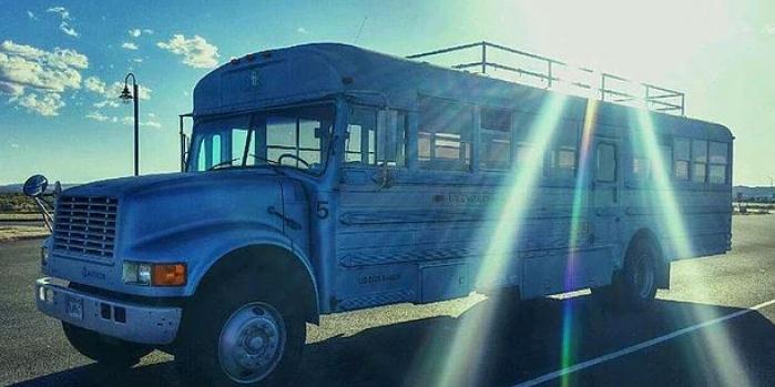 Baba ve oğlun eve dönüştürdükleri eski otobüs!