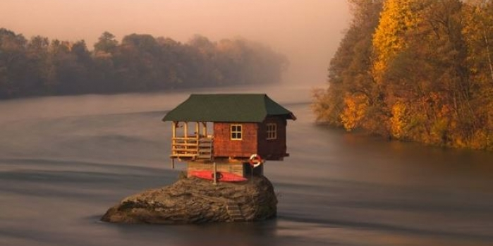 Nehrin ortasındaki yalnız ev