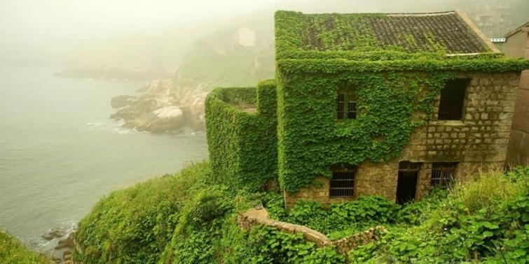Terkedilen bu köy, doğa tarafından ele geçirilmiş