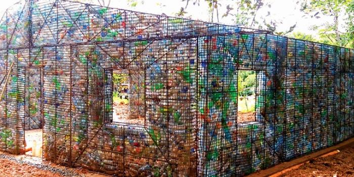 Plastik şişelerden yapılmış evlerden köy kuruluyor