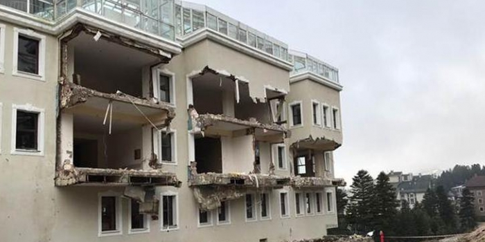 Ağaoğlu'nun Uludağ'daki otelinin kaçak bölümleri yıkılıyor