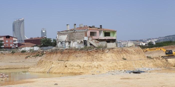 Kentsel dönüşüme direnen inatçı ev sahiplerinin sebep olduğu manzaralar
