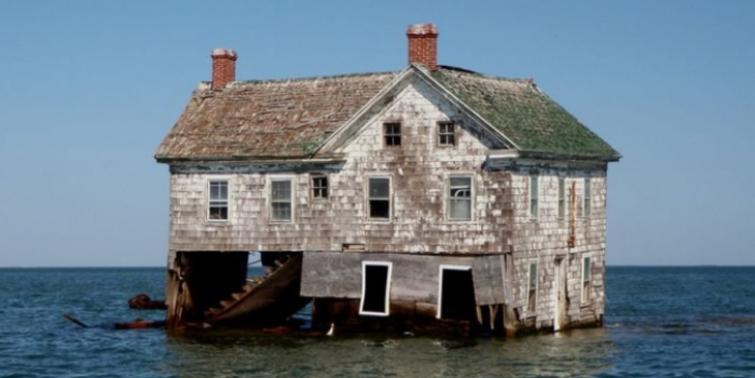 Kocaman bir ada yok oldu ve bir tek o ev kaldı
