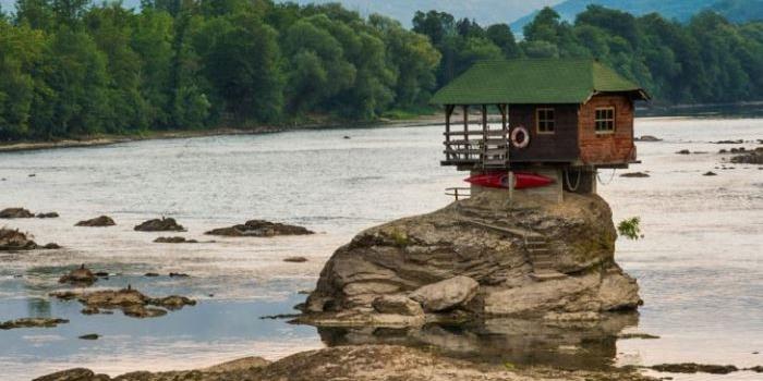 Doğaya meydan okuyan tahta ev