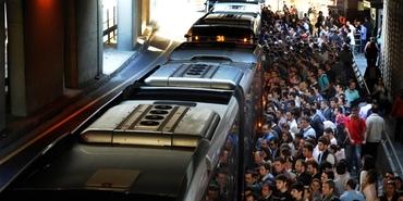 Kapasitesinin üzerinde çalışan metrobüsü banliyö kurtaracak